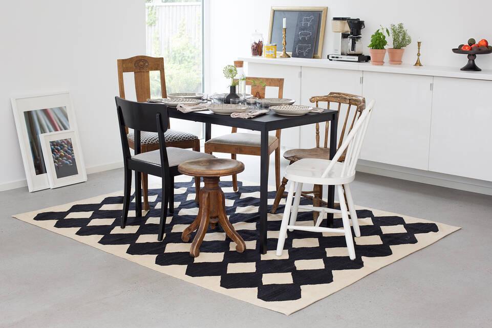 Black / grey  kilim modern -  Carpet in a dining area.