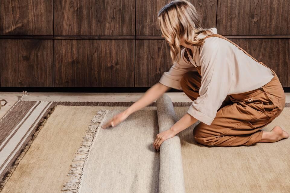White  röllakan / dhurrie -  Carpet in a kitchen.